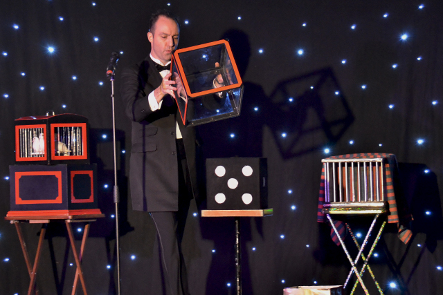 stage-magician-simon-vertue-1